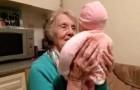 Uma vovó está embalando um bebê, mas veja bem o seu rosto quando o gira...