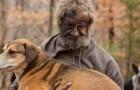 Ha vissuto per 16 anni nel bosco con un branco di cani... ecco la storia di un vero animalista