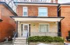 Eine 96-jährige Frau will ihr Haus verkaufen: Der Immobilienmakler findet heraus, dass es in den 50er Jahren hängen geblieben ist