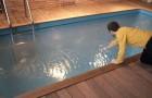 Guardando al suo interno, questa normale piscina rivela un dettaglio inquietante