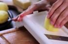 Sie schneidet die Kartoffel in feine Scheiben.. Was sie macht, wird euch zum Kochen bringen
