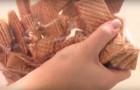Inicia desmenuzando barquillos sobre una bolsa: la receta es simple y con un sabor fabuloso!