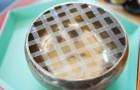 Crea una griglia con il nastro adesivo sulla bocca di un vaso... Il motivo è ingegnoso