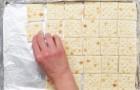 Mette i crackers su una teglia, ma il risultato finale è tutt'altro che salato... Wow!