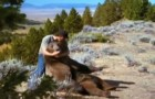 En man hittar en liten björn nära den döda mamman. Och den lilla björnen ger honom sin vänskap...
