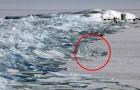 Una coppia di fotografi riprende un fenomeno spettacolare sul lago ghiacciato