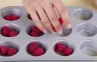 Elle met des framboises dans le moule avec seulement deux ingrédients: ce qu'elle obtient est délicieux!