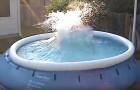 A mãe filma as crianças na piscina, mas pouco depois chega o pai com uma ideia... explosiva!