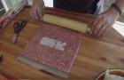 Começa colocando a carne moída em um saco hermético... o resultado é incrível!