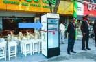 Un ristoratore mette un frigorifero in strada, ma al suo interno non troverete bibite fresche!