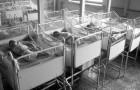 Il entre dans un orphelinat et trouve 100 nourrissons en TOTAL silence: la raison lui brise le cœur