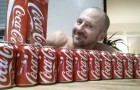 Il a bu tous les jours 10 canettes de Coca-Cola pendant un mois. Voyons voir ce qui lui est arrivé...