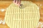 Elle coupe la pâte feuilletée en bandes et vous montre une excellente idée pour une collation savoureuse