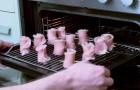 Mette in forno degli involtini di pancetta per ottenere un risultato... FLOREALE