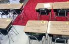 Die Schülerinnen und Schüler betreten das Klassenzimmer, um die Prüfung abzulegen, und finden auf jedem Schreibtisch ermutigende Botschaften des Lehrers vor