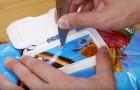 Il utilise le couvercle des lingettes sur un paquet de chips: une jolie astuce qui vous sera bien utile!