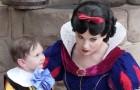 Ein zwei Jahre altes Kind mit Autismus lernt Schneewittchen kennen. Was die Mutter filmt, ist wunderschön