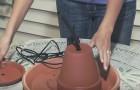 Elle insère une pompe à eau dans un vase de terre cuite: ne manquez pas le magnifique résultat final!