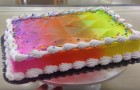 Una donna realizza una normale torta colorata, ma aspettate che la faccia girare....