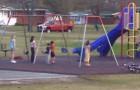 La mère voit ses enfants immobiles dans le parc de jeu: la raison la rend fière