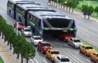 Deze bus vermijdt de file door 'auto's te verslinden': deze uitvinding is fantastisch!