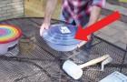 Cet homme utilise deux récipients en plastique pour créer un objet original pour son jardin