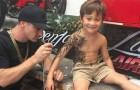 Als mensen zien dat hij kinderen tatoeëert, is iedereen ontzet. Maar er is een verklaring ... en deze is prachtig.
