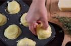 Sistema patate a fettine in una teglia per muffin: ecco un piatto squisito e alla portata di tutti