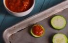Tomatensoße wird auf die Zucchini gelegt... wenn ihr das Ergebnis seht, werdet ihr in die Küche rennen!