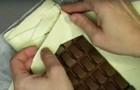 Il met une tablette de chocolat entière sur la pâte feuilletée: quand il la sort du four, c'est un chef-d'œuvre de gourmandise