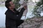 Un homme trouve un chiot à côté d'une rivière ... la suite vous fera fondre en larmes