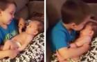 Il prend sa petite sœur dans les bras: la minute qui suit est d'une douceur indescriptible