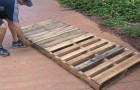 Un uomo vi mostra come costruire un dondolo da giardino usando due pallet di legno
