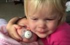 La bambina si sveglia piangendo, ma guardate quando vede la mamma con la sorella neonata...