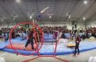Deze atlete begint met haar oefening, maar glijdt dan weg: kijk hoe de coach haar leven redt!