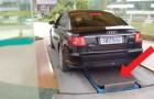 Een man rijdt een parkeergarage in China binnen: hoe gaat hij zijn auto hier parkeren? Let goed op het platform...