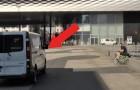 Un ragazzo vede avvicinarsi un furgone: quello che ne viene fuori lo colpirà... In tutti i sensi!