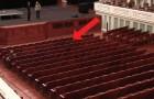 É um teatro normal, mas olha o que acontece com os bancos em apenas 2 minutos ...
