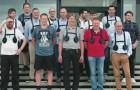 Un director hace utilizar una pesada pechera a TODOS los empleados masculinos: el motivo los hara sonreir