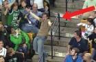 Musiken spelar under pausen: den här killen har en GALEN reaktion som alla kommer att följa