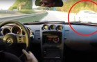 Sfida di velocità fra due auto in strada, ma la sorpresa arriva da un TERZO veicolo...