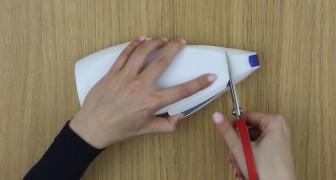 Elle commence par couper le flacon de gel douche: voici est un accessoire parfait pour votre smartphone