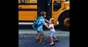 Ce que fait cette petite TOUS LES JOURS avec son frère vous donnera le sourire
