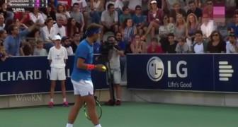 Rafael Nadal onderbreekt een wedstrijd nadat hij een vrouw hoort huilen: hier zie je waarom ze huilt!
