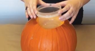 Sie schneidet einen Kürbis und setzt einen Plastikbehälter rein: diese Idee muss man sofort ausprobieren
