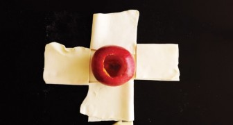 Ze plaatst een appel in het midden van een aantal lappen bladerdeeg: dit bijzondere en fruitige dessert zal je doen watertanden!