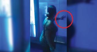 Die Frau berührt das Haifischbecken: was dann passiert erschreckt sie zu Tode