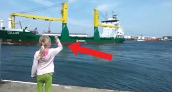 Sie steht am Kai und wartet auf das Schiffshorn, aber was dann passiert gefällt ihr überhaupt NICHT