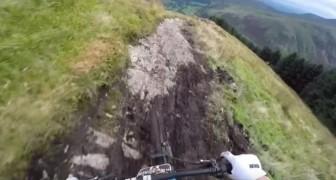 Hij klimt in het zadel en rijdt vervolgens de helling af met een sensationele snelheid: dit is meer dan extreme sport!