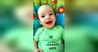 Er trägt sein erstes Hörgerät und hört die Stimme der Mutter: seine Reaktion ist wunderschön